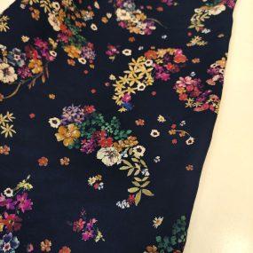 Algodón efecto viscosa negro flores colores